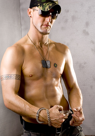 Сексуальный серьезные гей парень с наручниками - Стоковое изображение #1100